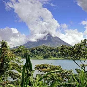 Vulkan Arenal am Arenalsee in Costa Rica